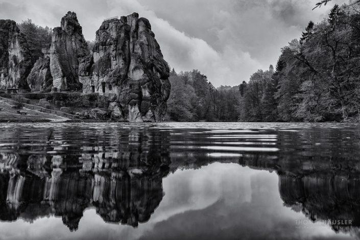 Ostwestfalen-Lippe - Externsteine mit Teich bei Horn-Bad Meinberg in schwarz-weiß