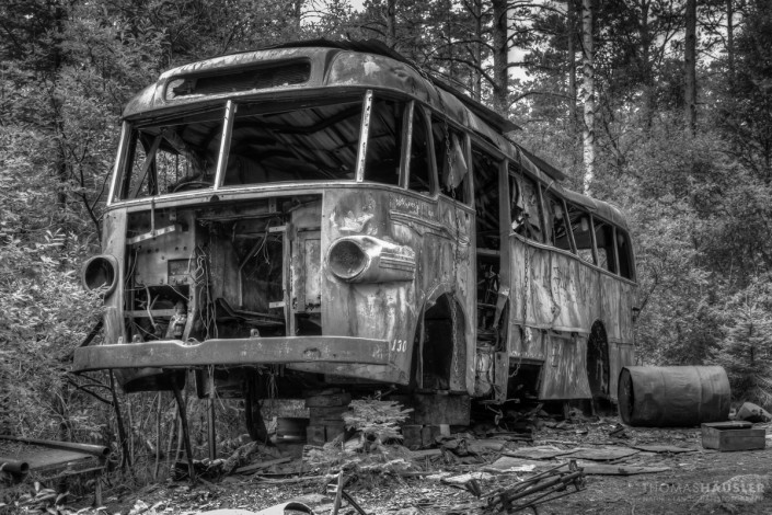 Lost Places - Wrack eines Busses in schwarz-weiss